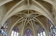 Eglise - Nederlands: Dienville (departement Aube, Frankrijk): interieur van de Sint-Quintinuskerk - gewelf boven het koor