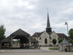 Halle - English: The church and the market hall of Lesmont (Aube, France).