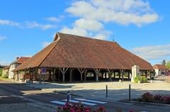Halle - Nederlands: Piney (departement Aube, Frankrijk): de markthal, een open houtconstructie met een zadeldak in daktegels