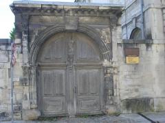 Abbaye Saint-Loup - Français:   Musée Saint-Loup de Troyes (Aube, France): portail, nord de la rue Chrestien-de-Troyes