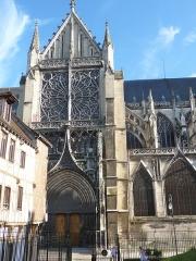 Cathédrale Saint-Pierre Saint-Paul - Le transept nord-ouest orné d'une rosace.