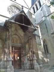 Eglise Saint-Rémy - La porte principale précédée d'un porche en façade, côté sud-ouest.