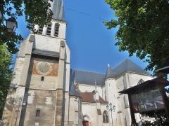 Eglise Saint-Rémy - Français:   Vue d\'ensemble depuis la place Saint-Rémy, côté sud-est.