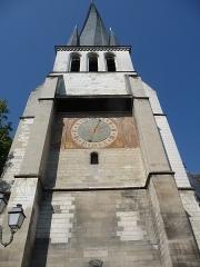 Eglise Saint-Rémy - Français:   Tour carrée et clocher ( 59 mètres ). Sur le contrefort gauche, au dessus du lampadaire, on distingue un cadran solaire.