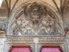 Eglise Saint-Urbain - L'arcade ogivale décorant le porche central de la façade.