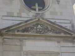Hôtel-Dieu - Français:   Hôtel-Dieu de Troyes (Aube,  France), fronton en façade quai des Comtes-de-Champagne
