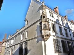Hôtel de Marisy - Français:   Maison de style Renaissance, comportant une cour intérieure. Les  fenêtres de gauche sont ornées des grilles d\'origine en fer simplement tordu.