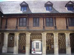 Hôtel de Mauroy - Français:   Maison de l\'outil et de la pensée ouvrière, à Troyes (Aube, France): façade sur cour intérieure