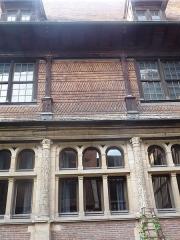 Hôtel de Mauroy - Français:   Colonnes de pierre en bas, de bois à létage