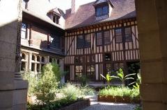 Hôtel de Mauroy - Français:   Hotel de Mauroy — 7, rue de la Trinité — Troyes, Aube, Champagne-Ardenne. Classé classé Monument Historique depuis 1862.