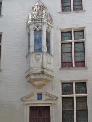 Hôtel des Ursins - Français:   Au dessus de l\'entrée, un oratoire aux verrières du XVIe siècle. Blason de France, entouré du cordon de St.Michel