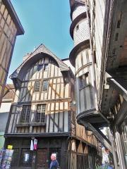 Maison du Boulanger - Français:   Style traditionnel des maisons du XVIe siècle. Pans de bois et toit à pignon. Toute proche, la tourelle de la Maison de l\'Orfèvre. Abrite un centre culturel.