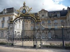 Préfecture de l'Aube (Hôtel de Département) - Français:   Cour d\'honneur et grille aux armoiries de Champagne.