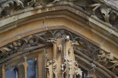 Eglise - Français:   Vu sur le portail de l\'église.