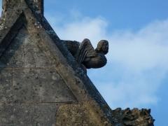 Eglise - English: Attigny (Ardennes) église Notre-Dame, sculpture sur un des pignons 01