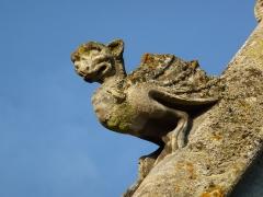 Eglise - English: Attigny (Ardennes) église Notre-Dame, sculpture sur un des pignons 08