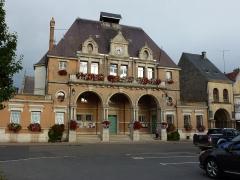 Palais de Charlemagne ou Dome - English: Attigny (Ardennes) mairie (gauche) et Dôme de Charlemagne (droite)