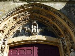Eglise - English:   Charbogne (Ardennes) église Saint-Rémi, porche sculpté