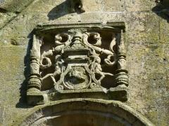 Eglise - English:   Charbogne (Ardennes) église Saint-Rémi, sculpture en haut de la façade