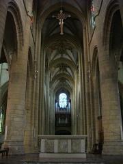 Basilique Notre-Dame de l'Espérance - Français:   Basilique Notre-Dame-d\'Espérance de Charleville-Mézières (Ardennes, France), nef et autel