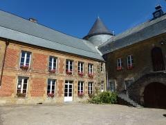 Château - English: L'Échelle (Ardennes) château, cour et escalier