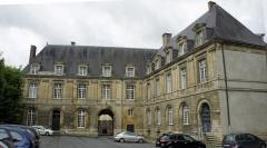 Château-Bas, à l'entrée de la citadelle - Français:   Cour du Palais des Princes à Sedan.