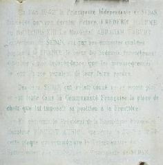 Château-Bas, à l'entrée de la citadelle - Français:   Plaque sur le palais du gouverneur de la principauté de Sedan. \