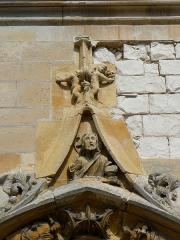 Eglise Saint-Martin - Français:   Église Saint-Martin de Courtisols (51). Gable du portail du croisillon sud.