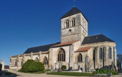 Eglise Saint-Martin - L'église Saint-Martin est mentionnée pour la première fois dans le polyptyque de l'abbaye de Saint-Remi de Reims, au IXe siècle. Cet ancien édifice a aujourd'hui disparu. L'église actuelle, classée, possède une nef romane charpentée de la première moitié du XIIe siècle, dont les murs sont percés de fenêtre en plein cintre. Elle fut reprise au XVIe siècle et dotée de chapiteaux historiés soigneusement sculptés (chimères, centaures, anges, sirènes, un homme et une femme les bras enlacés, des hommes caressant le visage d'une jeune fille, un femme ayant un homme sur les épaules et lui tenant les jambes; un ange tenant un écusson portant le mononogramme du Christ IHS etc…).  De même, le transept du XIIe siècle fut remanié en 1520 par Guichard Antoine, comme l'atteste l'inscription