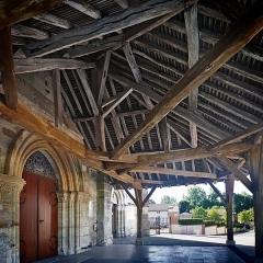 Eglise Saint-Martin - Français:   L\'église Saint-Martin est mentionnée pour la première fois dans le polyptyque de l\'abbaye de Saint-Rémi de Reims, au IXe siècle. Cet ancien édifice a aujourd\'hui disparu.  L\'église actuelle, classée, possède une nef romane charpentée de la première moitié du XIIe siècle, dont les murs sont percés de fenêtre en plein cintre. Elle fut reprise au XVIe siècle et dotée de chapiteaux historiés soigneusement sculptés (chimères, centaures, anges, sirènes, un homme et une femme les bras enlacés, des hommes caressant le visage d\'une jeune fille, un femme ayant un homme sur les épaules et lui tenant les jambes; un ange tenant un écusson portant le mononogramme du Christ IHS etc…).  De même, le transept du XIIe siècle fut remanié en 1520 par Guichard Antoine, comme l\'atteste l\'inscription \