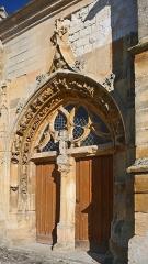Eglise Saint-Martin - Français:   L\'église Saint-Martin est mentionnée pour la première fois dans le polyptyque de l\'abbaye de Saint-Remi de Reims, au IXe siècle. Cet ancien édifice a aujourd\'hui disparu.  L\'église actuelle, classée, possède une nef romane charpentée de la première moitié du XIIe siècle, dont les murs sont percés de fenêtre en plein cintre. Elle fut reprise au XVIe siècle et dotée de chapiteaux historiés soigneusement sculptés (chimères, centaures, anges, sirènes, un homme et une femme les bras enlacés, des hommes caressant le visage d\'une jeune fille, un femme ayant un homme sur les épaules et lui tenant les jambes; un ange tenant un écusson portant le mononogramme du Christ IHS etc…).  De même, le transept du XIIe siècle fut remanié en 1520 par Guichard Antoine, comme l\'atteste l\'inscription \