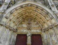 Eglise Notre-Dame - Français:   Portail central de la basilique Notre-Dame de l\'Épine (51). Tympan et voussures.