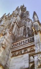 Eglise Notre-Dame - Basilique Notre Dame de l'Épine, vue des pinacles en contre plongée, balustrade, gargouilles et contreforts de la tour sud.