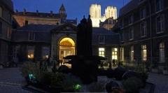 Abbaye Saint-Denis - La_nuit_des_musées_arrive sur le musée en l'abbaye st-Denis, Reims: oeuvre de Christian Lapie au centre de la cour.