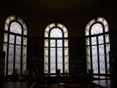 Bibliothèque Carnégie - Français:   Bibliothèque Carnegie de Reims (Marne, France): baies de Jacques Grüber ornant la salle de lecture