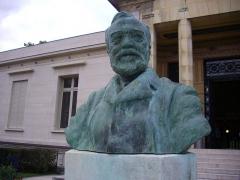 Bibliothèque Carnégie - Français:   Buste d\'Andrew Carnegie devant la Bibliothèque Carnegie de Reims (Marne, France)