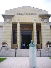 Bibliothèque Carnégie - Français:   Bibliothèque Carnegie de Reims (Marne, France) et buste d\'Andrew Carnegie
