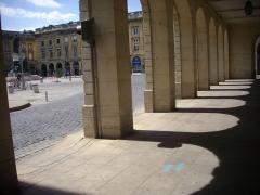 Hôtel des postes - Français:   Arcades et ombres à l\'hôtel des postes Cérès de Reims (Marne, France)