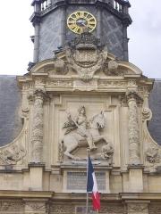 Hôtel de ville - Français:   Hôtel de ville de Reims (Marne, France), statue de Louis XIII en façade