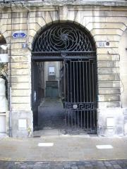 Immeuble - Français:   Portail de l\'immeuble, 2 rue Bertin à Reims (Marne, France)