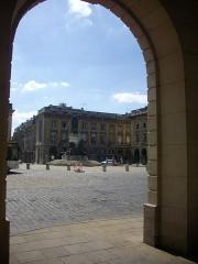 Place Royale - Français:   Place Royale de Reims (Marne, France), vue depuis les arcades de la poste Cérès