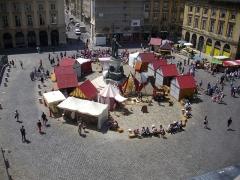 Place Royale - Français:   Fêtes johanniques de Reims (Marne, France), place Royale vue du toit de l\'immeuble 15 place Royale