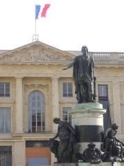 Place Royale - Français:   Statue de Louis XV, sur la Place Royale de Reims (Marne, France). En arrière-plan, la sous-préfecture
