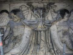 Porte de Mars - Porte de Mars à Reims (Marne, France) en restauration, bas-reliefs sur le pilier sud-ouest, dit pilier Brunette, du XIXe siècle (côté nord): anges