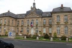 Hôtel de ville - Français:   Mairie de Sainte-Ménehould. Reconstruite en 1730 après un incendie par l\'aide de Louis XV.