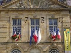Hôtel de ville - Français:   Hôtel de ville de Sainte-Menehould (Marne, France), fenêtres et drapeaux