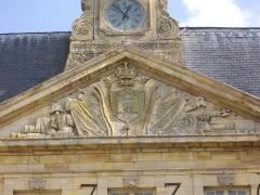 Hôtel de ville - Français:   Hôtel de ville de Sainte-Menehould (Marne, France), fronton sculpté