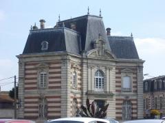Immeubles - Français:   Caisse d\'Épargne, place du Général-Leclerc à Sainte-Menehould (Marne, France)