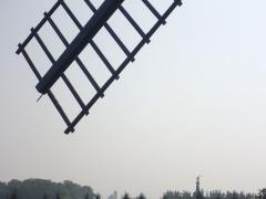 Moulin de Valmy - Français:   Statue de Kellermann, dans le lointain, sous une des ailes du moulin de Valmy (Marne, France)