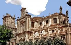 Eglise Notre-Dame - Abside et façade nord vue depuis la place Royer-Collard.